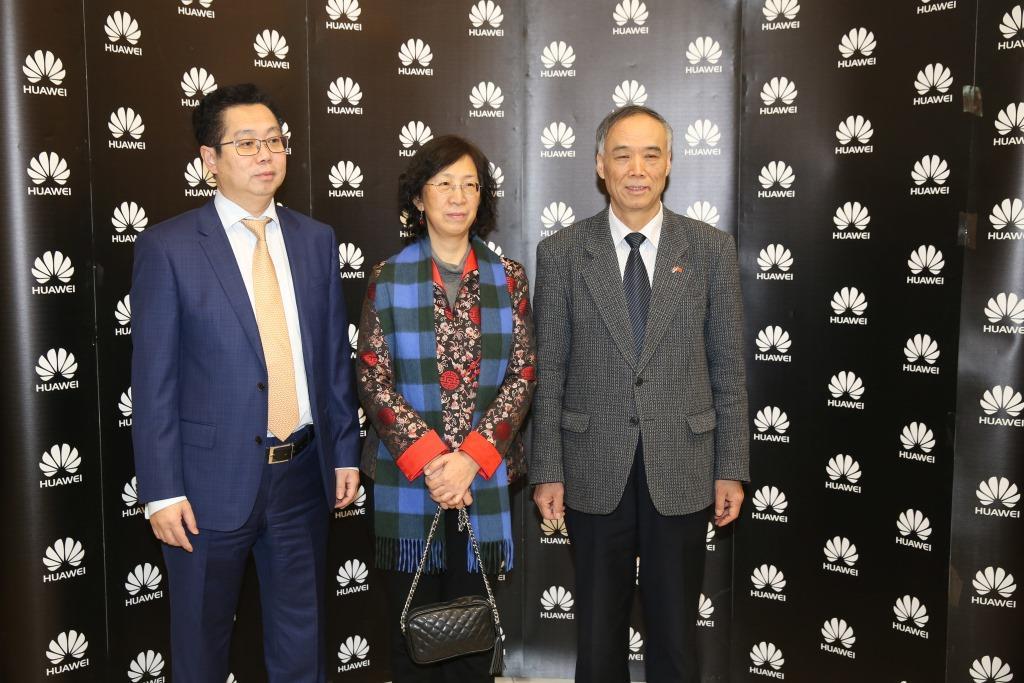 generalni-direktor-kompanije-huawei-jack-wei-sa-ambasadorom-nr-kine-li-manchang-i-njegovorm-suprugom
